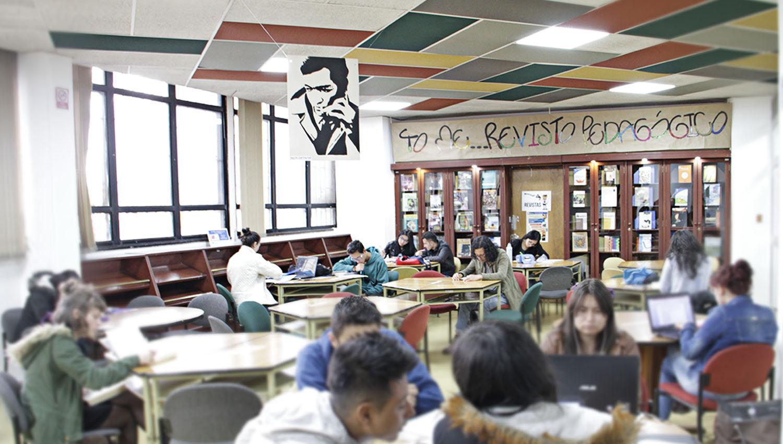 Usuarios de la Biblioteca Central leyendo en la sala de hemeroteca