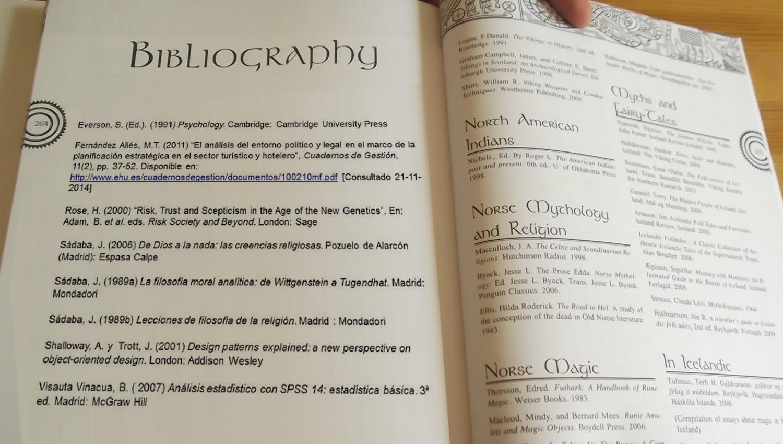 Libro abierto en la página de las referencias bibliográficas